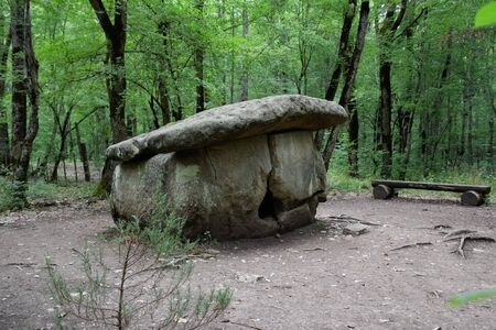 Dolmen in Shapsug. Forest in the city near the village of Shapsugskaya, the sights are dolmens and ruins of ancient civilization. 免版税图像