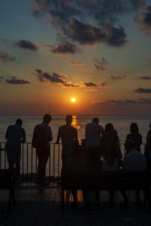 mujer mirando el horizonte: Puesta de sol sobre el mar