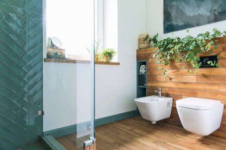 Salle de bain cosy et de style méditerranéen aux couleurs chaudes et bois naturel. Banque d'images