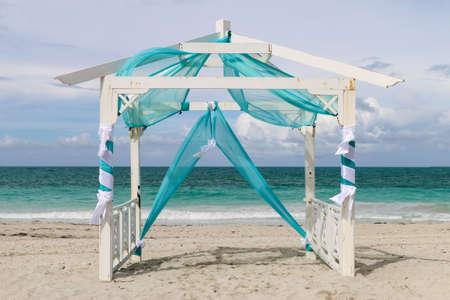 Gazebo van het huwelijk op het strand, Cuba, Varadero