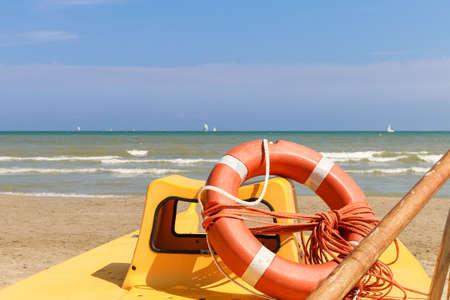 Rettungsring auf einem Rettungsboot am Meer, Italien, Riccione