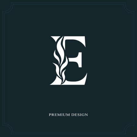 Elegante letra E. Estilo real agraciado. Logotipo hermoso caligráfico. Emblema dibujado vintage para el diseño del libro, marca de fábrica, tarjeta de visita, restaurante, boutique, hotel. Ilustración del vector