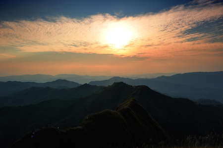 wonderfull: Una maravillosa puesta del sol en Khaochangpuek, Kanchanaburi, Tailandia Foto de archivo