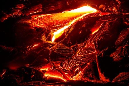 Amazing vista de la lava que fluye en el Parque Nacional de los volcanes, Big Island, Hawaii Foto de archivo