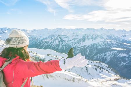 Skieuse jeune femme appréciant les montagnes enneigées vue d'un point de vue Banque d'images - 90566696