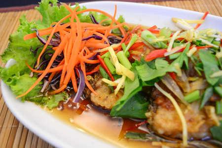 pescado frito: Pescado frito con salsa de ciruela