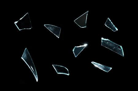 cristal roto: vidrio roto con piezas afiladas sobre el negro
