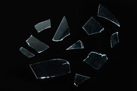 gebroken glas met scherpe stukken over zwart