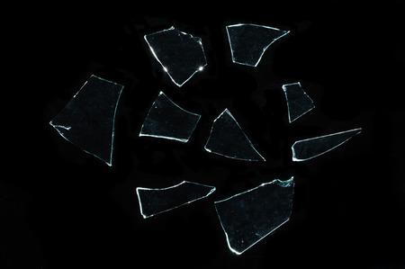 黒の上の鋭いガラスの破片 写真素材