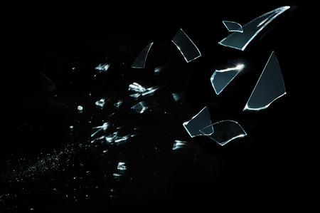 Verbrijzeld en opgesplitst glas stukjes geïsoleerd op zwart Stockfoto