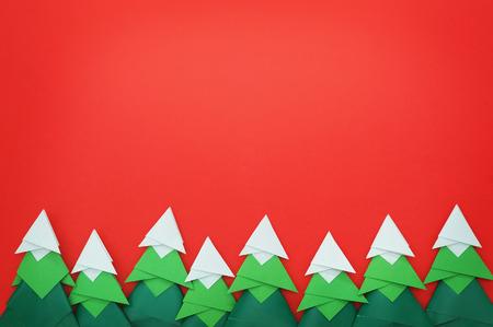 赤い紙で手作り折り紙クラフト クリスマス ツリー 写真素材