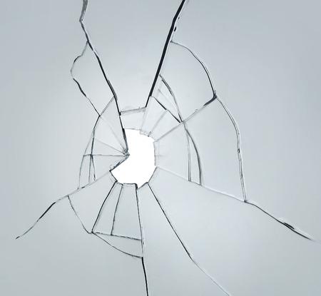 Brisé fenêtre fissure de verre splitter sur fond blanc gris