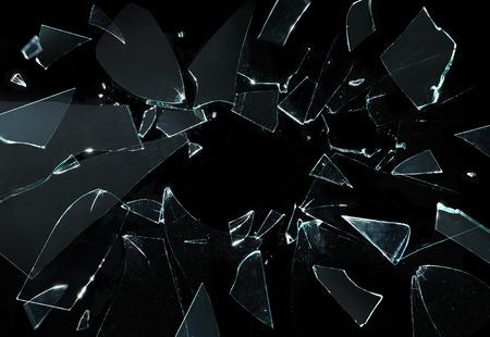 gebroken glas met scherpe stukken over zwarte achtergrond Stockfoto