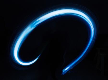 Gloeiend glanzend kromme lichtspoorlijnen effect op zwarte achtergrond.