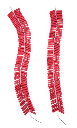 Petardos rojos aislados sobre fondo blanco con trazado de recorte.