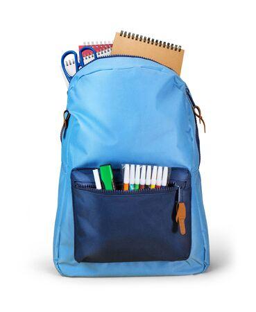Plecak szkolny z zeszytami na białym tle