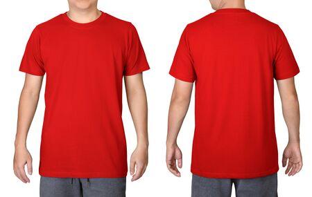 Rotes T-Shirt auf einem jungen Mann lokalisiert auf weißem Hintergrund. Vorder- und Rückansicht.