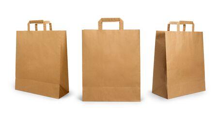 Bolsa de papel doblada con asa aislado sobre fondo blanco.