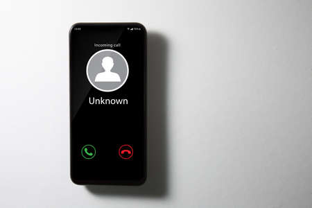 Unknown incoming call showing a smartphone screen. Standard-Bild