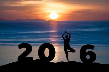 nowy: Sylwetka młodej kobiety zabaw jogi na morzu i 2016 lat przy okazji nowego roku o wschodzie słońca