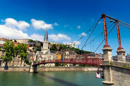サン ジョルジュ教会と歩道橋、リヨン、フランス