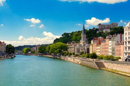 サン ジョルジュ教会とソーヌ川、リヨン、フランス