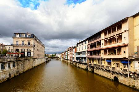 カストルの都市、フランス、Agout 川沿いの家