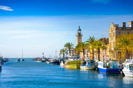 グロー ・ デュ ・ ロワ街やフランスで晴れた日の間に港 写真素材