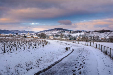 デニスの村とボジョレーの雪の中の風景 写真素材