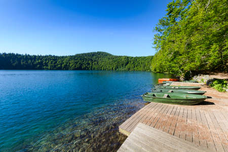 小型ボートと青い空とオーヴェルニュ地域圏の湖パビン