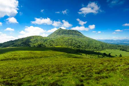 ピュイ ・ ド ・ ドーム山とフランス、オーヴェルニュ風景 写真素材