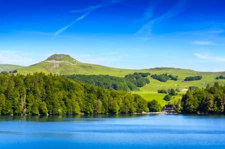 美しい日に、フランスのオーヴェルニュ地域圏の湖パビン風景