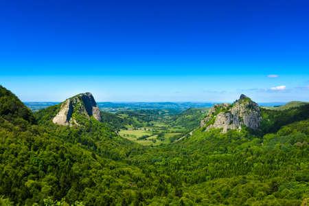 Tuiliere rotsen en bergen in Auvergne landschap met blauwe hemel, Frankrijk Stockfoto