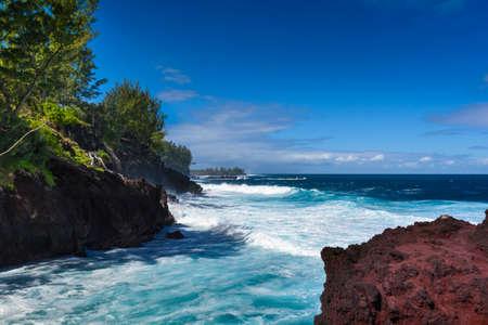 화창한 날 동안 레위니옹 섬 남쪽 해안의 파도와 화산 바위 스톡 콘텐츠