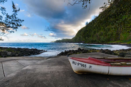 Boats coast and waves at Anse des Cascades near Sainte Rose city, Reunion Island Banque d'images