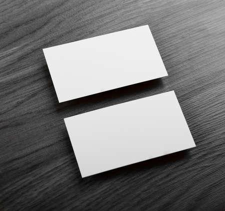 hoja en blanco: dise�o de identidad, plantillas corporativas, el estilo de la empresa, tarjetas de visita en blanco sobre un fondo de madera