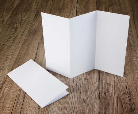 folder: diseño de identidad, plantillas corporativas, el estilo de la empresa, un conjunto de folletos, volantes de papel plegado en blanco Foto de archivo