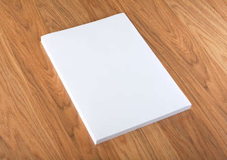 Cartel folleto en blanco en la madera para reemplazar su diseño