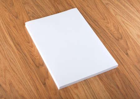 nota de papel: Cartel folleto en blanco en la madera para reemplazar su diseño Foto de archivo