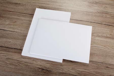 hoja en blanco: Cartel folleto en blanco en la madera para reemplazar su dise�o Foto de archivo