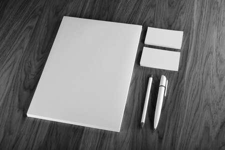 hojas membretadas: Efectos de escritorio en blanco sobre fondo de madera. Constan de tarjetas de visita, membretes A4, pluma y l�piz