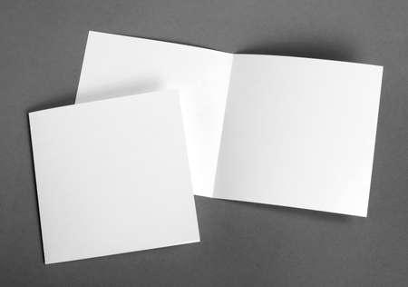 papírnictví: Bílá prázdné karty na šedé nahradit svůj návrh Reklamní fotografie