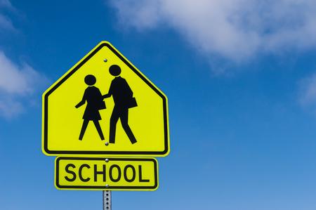 niños en la escuela: Escuela de Alerta de la muestra con el cielo de fondo