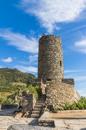 vernazza: VERNAZZA, ITALY - OCTOBER 20, 2015: Unidentified tourists at the stone tower of Castello Doria, Vernazza, Cinque Terre, Liguria, Italy Editorial