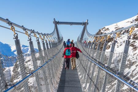 エンゲルベルグ, スイス - 2016 年 10 月 16 日: 正体不明の観光客徒歩ティトリス崖を歩く、スイスのエンゲルベルクでティトリス山の吊橋 報道画像