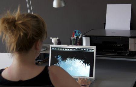 main sur l epaule: Regardant par-dessus l'�paule d'une femme qui se trouve derri�re un ordinateur de regarder un �cran
