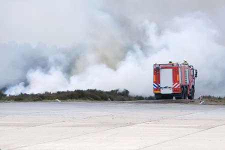 camion de bomberos: Un cami�n de bomberos es fighhting el fuego.