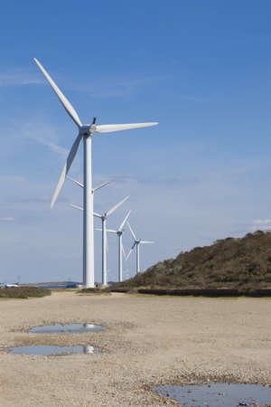 generador: Un par de molinos de viento y un cielo azul.