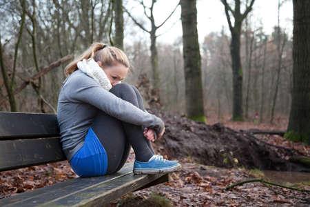 depressione: Giovane ragazza � seduta depresso su una panchina.