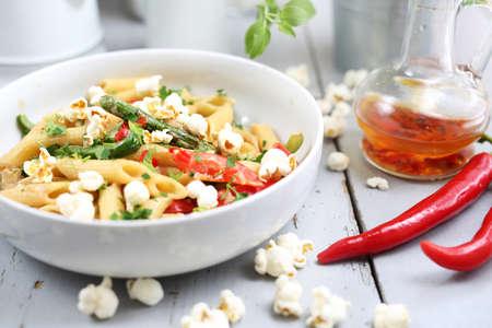 Cucina vegetariana. Menù del ristorante. Piatto su un piatto bianco. Composizione orizzontale. Archivio Fotografico